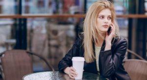 trouver une femme dans un café