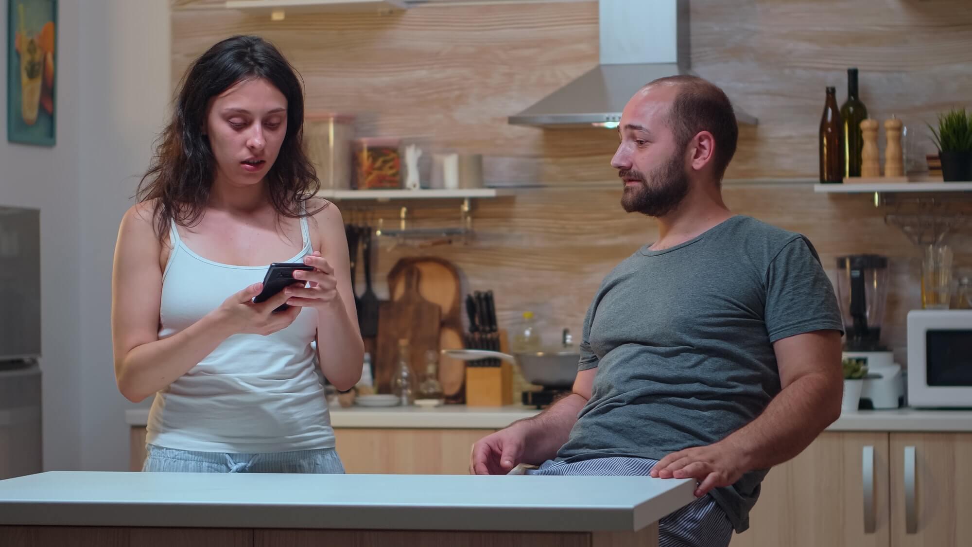 Femme jalouse vérifiant le téléphone de l'homme