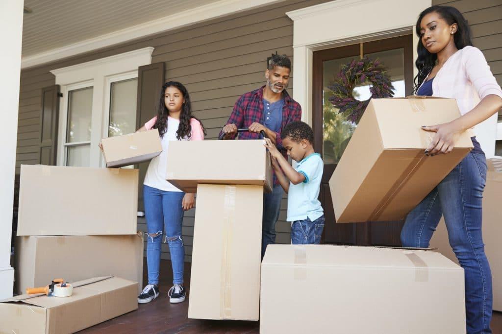Enfants aidant les enfants avec des boîtes le jour du déménagement