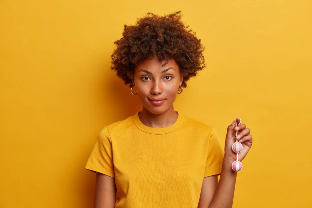 femme noire tenant un ben wa