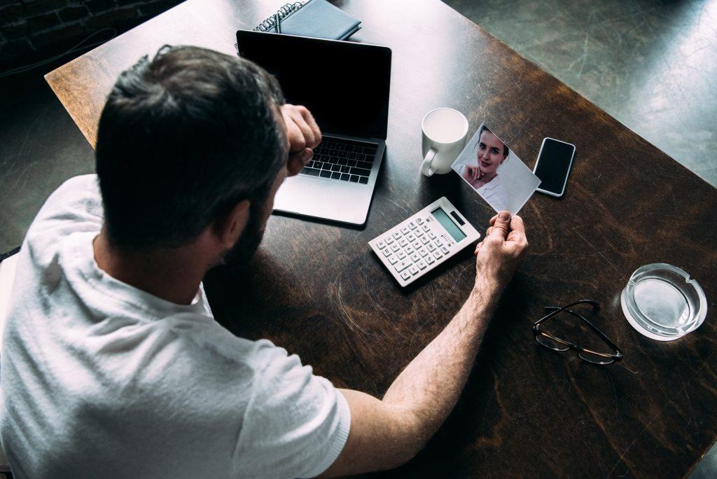 homme regardant des photos de son ex-partenaire